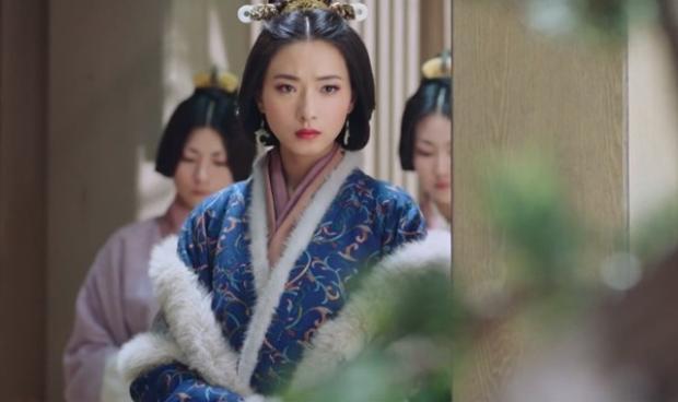 Ánh mắt mang theo nhiều cảm xúc khó diễn đạt thành lời của hoàng hậu khi nhìn Lưu Bình và Tào Tiết cười nói