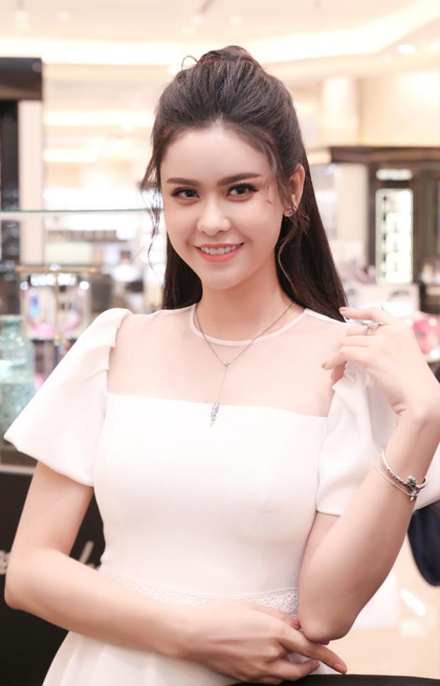 Trương Quỳnh Anh cũng là một nhan sắc luôn nổi bật tại những sự kiện mà cô góp mặt. Màu son cam sữa giúp làn da củaTrương Quỳnh Anh thêm sáng rạng rỡ, đôi mắt trang điểm không quá đậm giúp cô ăn gian tuổi thành công.