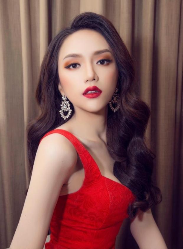 Không kém cạnh, nàng hậu Hương Giang cũng xuất hiện nổi bật trong bộ đầm ren đỏ rực rỡ. Sở hữu phong cách trang điểm đối lập với H'Hen Niê, Hương Giang sử dụng son môi đỏ tiệp màu váy, màu mắt tông cam táo bạo đầy khiêu khích.