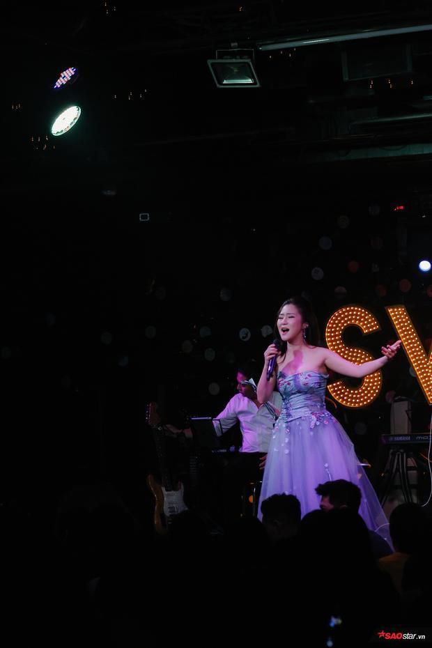 Nữ ca sĩ mở màn chương trình bằng ca khúcCho em gần anh thêm chút nữa đầy da diết, tình cảm.