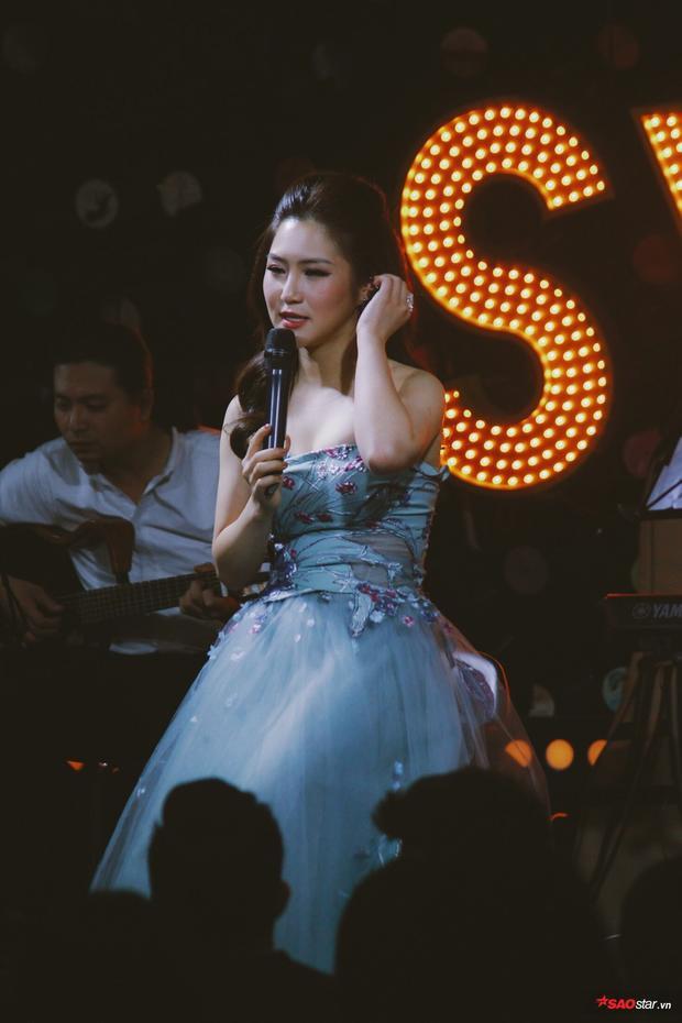 Hương Tràm xuất hiện xinh đẹp trong đêm nhạc.