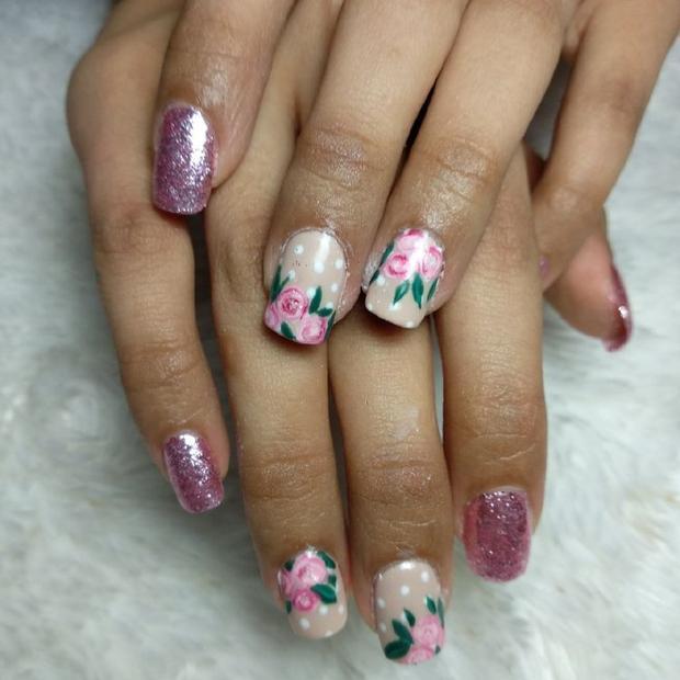 Nếu yêu thích cách làm nail này, bạn gái hãy lựa chọn các sắc màu cùng tông giữa hoa và màu móng ánh kim nhằm đem đến một tổng thể nhã nhặn, tinh tế.