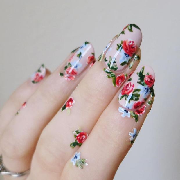"""Hoa luôn là một trong những ý tưởng trang trí móng được nhiều cô nàng yêu thích. Trong những ngày cuối xuân, thay cho các gam màu rực rỡ đầu năm, xu hướng hoa vintage nhẹ nhàng, thanh lịch đang dần lên ngôi và hứa hẹn """"gây bão""""."""
