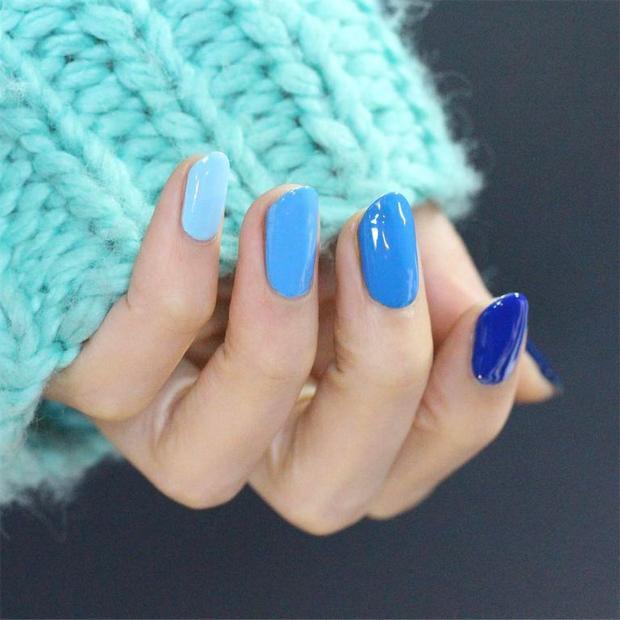 Không nhất thiết phải ra các salon đắt tiền, chỉ cần chút khéo tay cùng hai lọ sơn xanh dương và trắng, các nàng đã có thể thực hiện được kiểu tô móng ombrey đơn giản này.