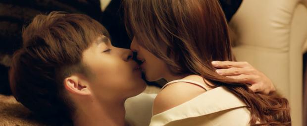 Cặp đôi ngại ngùng kể về nụ hôn sâu đầu tiên kéo dài …2 ngày.