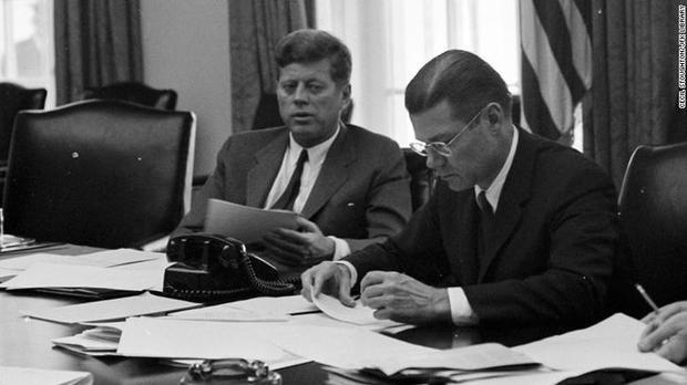 CốTổng thống John F. Kennedy hội ý vớiBộ trưởng Quốc phòng Robert McNamara về vấn đề Cuba năm 1962. Ảnh: BBC