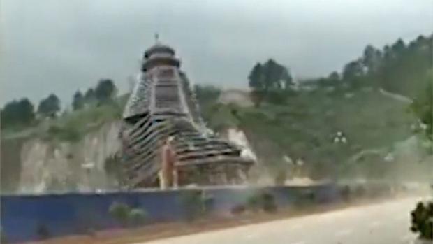 Tòa tháp 23 tầng bị nghiêng đổ.