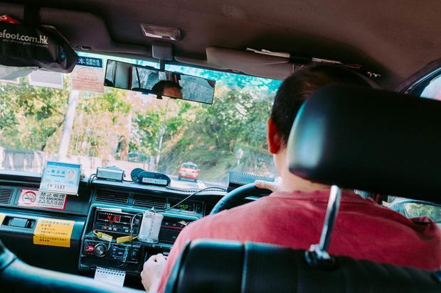 The Peak là điểm cao nhất ở đảo Hong Kong với độ cao 552m so với mặt nước biển. Tại đây, du khách bắt một chiếc taxi đến Victoria Peak Lookout, một địa điểm du lịch nổi tiếng.