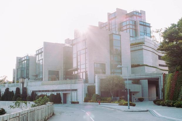 """Giá cho một ngôi nhà vào khoảng 20 triệu USD. Một cư dân nói rằng sống ở The Peak """"rất dễ chịu"""" với Engel & Volkers, một công ty bất động sản. Họ nói: """"Sống càng cao thì càng yên tĩnh, không khí càng trong lành""""."""