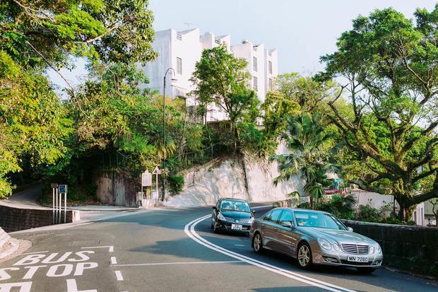 The Peak nổi lên như một khu bất động sản cao cấp, từ đó được thị trường đẩy lên một tầm cao mới bằng làn sóng mua sắm bởi các đại gia Trung Quốc đại lục. Năm 2016, một đại gia đã mua một tài sản trị giá khoảng 514 triệu USD trong khu phố.