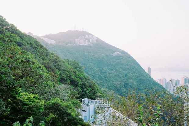 """Cách trung tâm Hong Kong không xa, The Peak quả thực là nơi nghỉ dưỡng, chốn """"bồng lai tiên cảnh"""" của giới thượng lưu."""