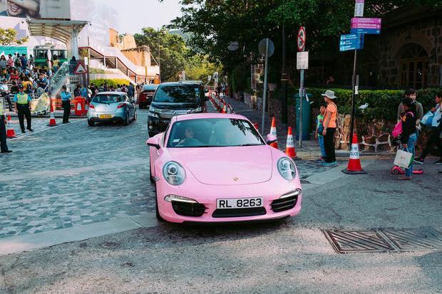 Tại đây, những chiếc siêu xe xuất hiện rất nhiều. Hàng loạt xe sang trọng đến từ các hãng như Porsche, Bentley và Mercedes-Benze khi đi bộ xung quanh khu phố.