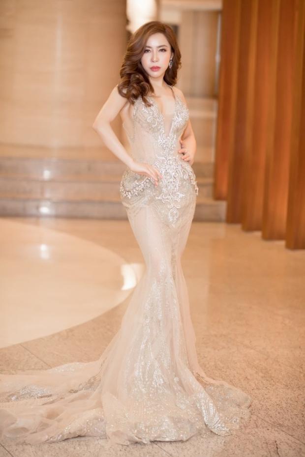 Cũng như bao nhiêu người đẹp khác, cô khá ưa chuộng những kiểu váy có chất liệu xuyên thấu khoe da thịt tối đa.