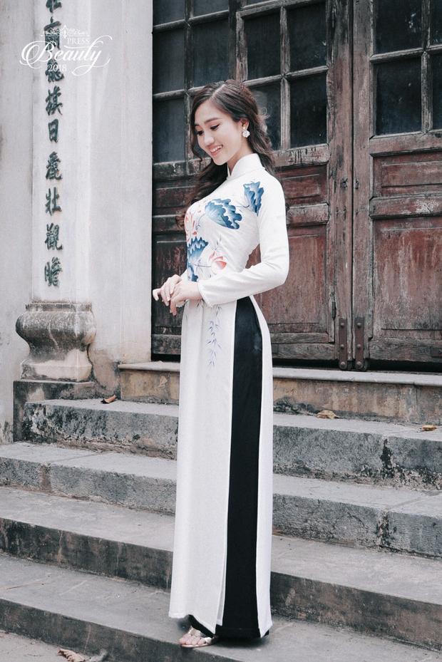 """Sở hữu thân hình mảnh mai cùng chiều cao lý tưởng, Tú Uyên trở nên xinh đẹp """"xuất thần"""" trong trang phục áo dài truyền thống. Cô cũng khiến nhiều người ngất ngây bởi nụ cười làm tan chảy trái tim."""