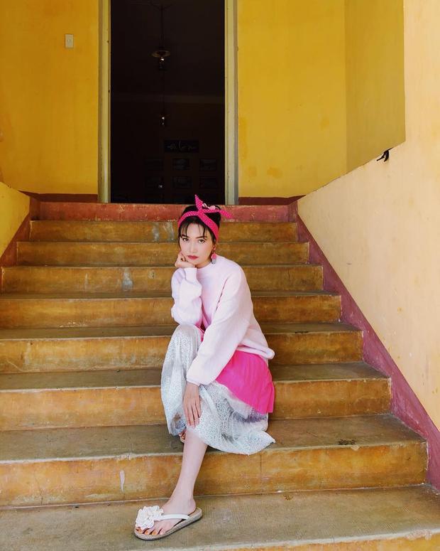 """Sĩ Thanh xuống phố với outfit kẹo ngọt gồm chân váy dập li và băng đô tai thỏ. Tuy nhiên, đôi dép hoa lại khiến cô nàng mất đi vẻ chỉn chu, nếu thấy bằng giày búp bê hay bata trắng thì """"gái ế"""" sẽ xinh hơn rất nhiều."""