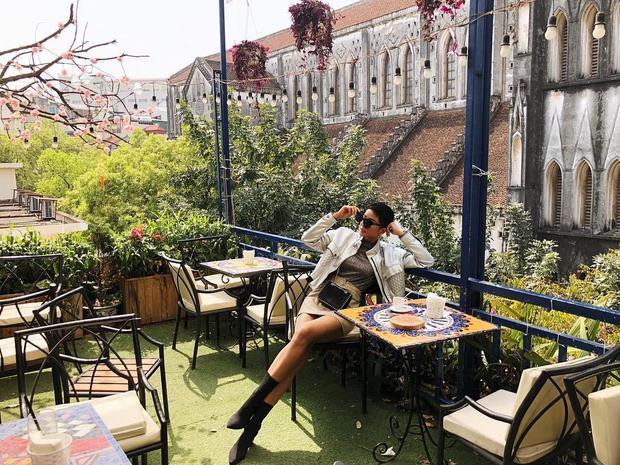 Đương kim Hoa hậu Hoàn vũ 2017 H'Hen Niê cá tính với set đồ gồm áo khoác da và chân váy. Các món phụ kiện như boots cao quá gối, kính mắt đen mix cùng cũng được cho là hoàn toàn phù hợp với tổng thể.