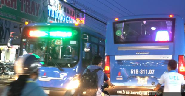 Xe buýt ra vào thường xuyên, đường lại hẹp nên rất dễ gây tai nạn giữa xe máy và xe buýt.