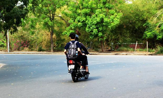 Một sinh viên không đội mũ bảo hiểm khi tham gia giao thông.