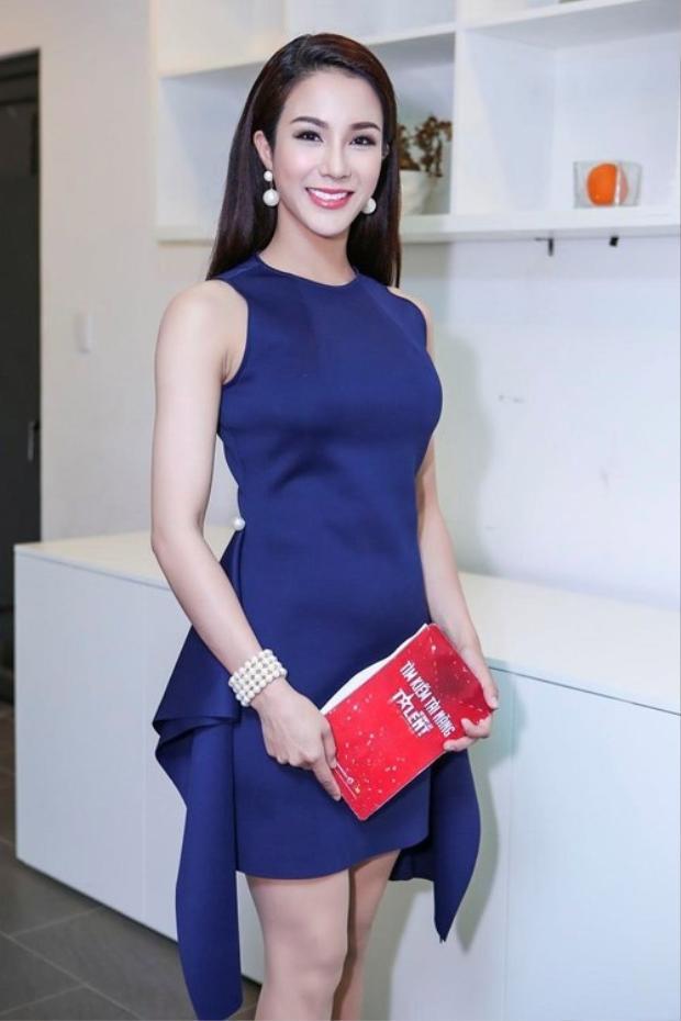 Bộ váy này của Diệp Lâm Anh không xấu nhưng giá như nó ôm vừa vặn với vòng eo của cô nàng thì sẽ ổn hơn rất nhiều là lùng bùng thế kia.