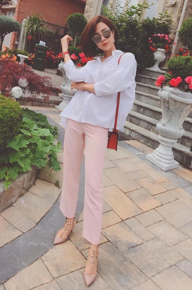Rồi lại đến quần hồng túi đỏ, màu sắc trong trang phục của Diệp Lâm Anh có vẻ như không ổn chút nào.