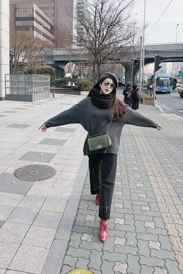 Giầy đỏ, túi xanh và áo quần rộng thênh thang, Diệp Lâm Anh đang làm mất điểm về thời trang trên đường phố Seoul.