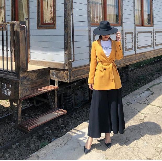 Đây cũng lại là một outfit thùng thình khó hiểu khác của cô nàng. Bỏ chiếc áo khoác vàng vừa dài vừa không ăn nhập bên ngoài đi thì Diệp Lâm Anh trông sẽ đẹp hơn nhiều.