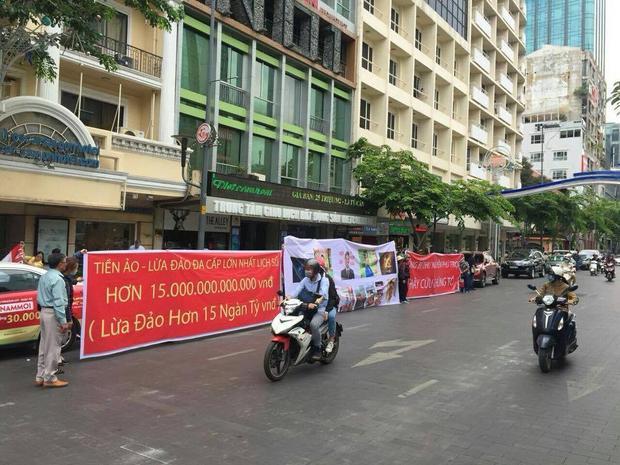 Các nạn nhân giăng biểu ngữ trước công ty Modern Tech ở TP.HCM (Ảnh: VietnamFinance)