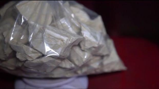 Một túi 2,27kg bột nhão coca có thể tinh chế thành 2kg cocainevà được bán với mức giá 60.000 USD ở New York. Ảnh: Reuters