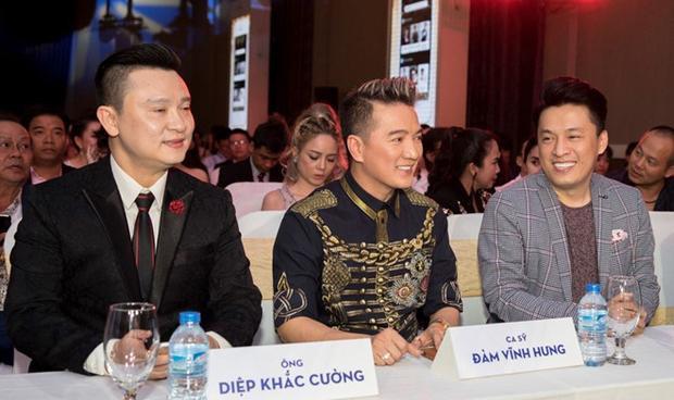 Tại sự kiện ra mắt ứng dụng V-Fan, Đàm Vĩnh Hưng ngồi kế bên ông Châu Việt Cường - người từng xuất hiện trong nhiều sự kiện của iFan với tư cách diễn giả.