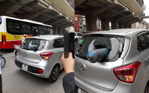 Hiện trường chiếc xe bị bình gas rơi hẳn vào trong. Ảnh Otofun