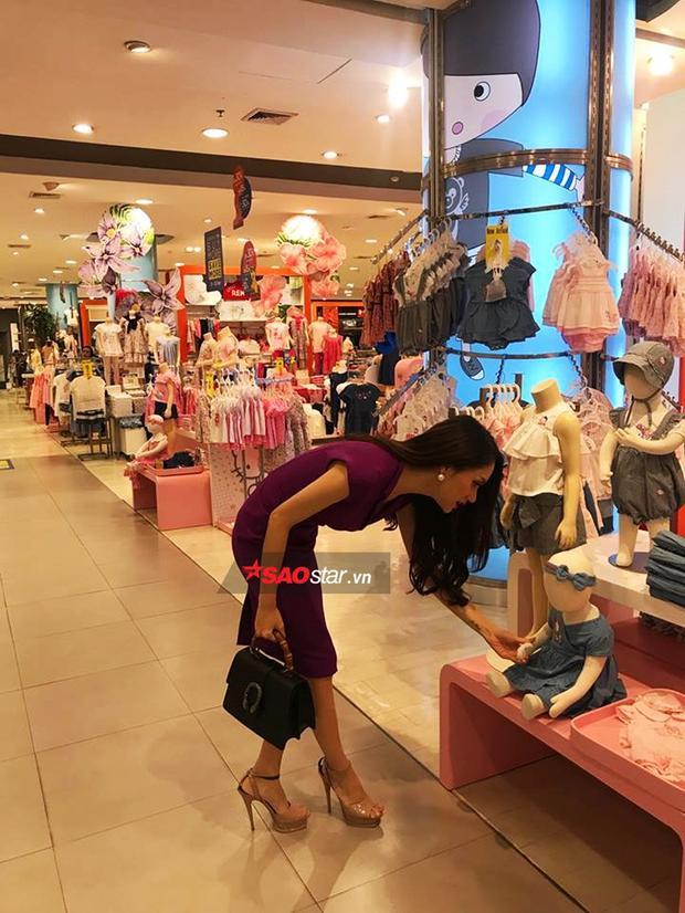 Cô đặc biệt lựa chọn những mẫu trang phục cho bé gái tầm 2 - 3 tuổi.