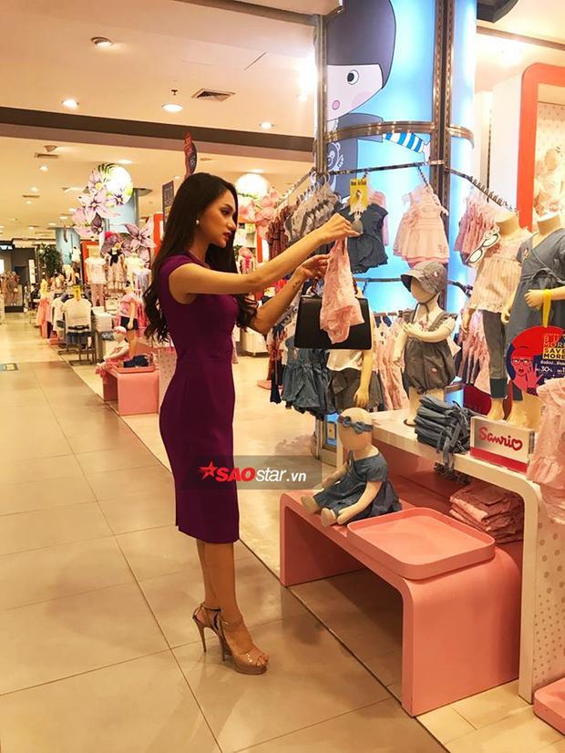 Đang yên đang lành, hoa hậu Hương Giang lại đi mua sắm toàn đồ trẻ em trên đất Thái.