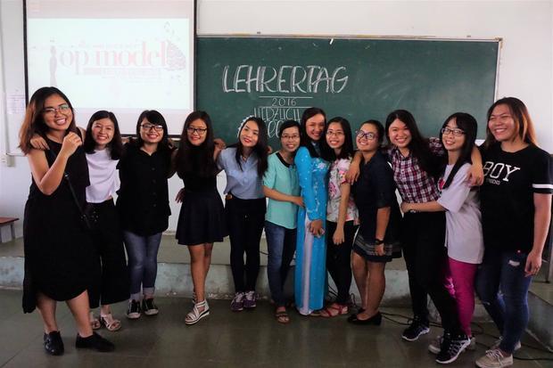 Thiên Sa chụp ảnh cùng các bạn sinh viên.