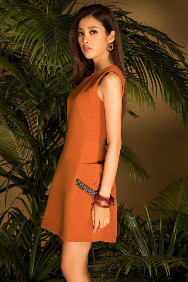 Thay thế cho các tông màu trung tính, ăn toàn, bạn gái có thể thử đổi sang những chiếc váy với tông màu nổi như đỏ, cam đất… tạo sự nổi bật.