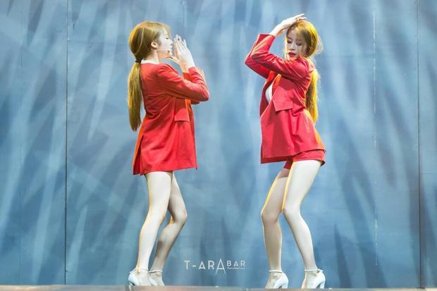 Còn cô em thì được biết đến là một thần tượng hoàn hảo ở mọi mặt. Jiyeon có thể làm mọi người chóng mặt trước khả năng biến hóa khôn lường của mình. Từ một cô gái sexy, quyến rũ…
