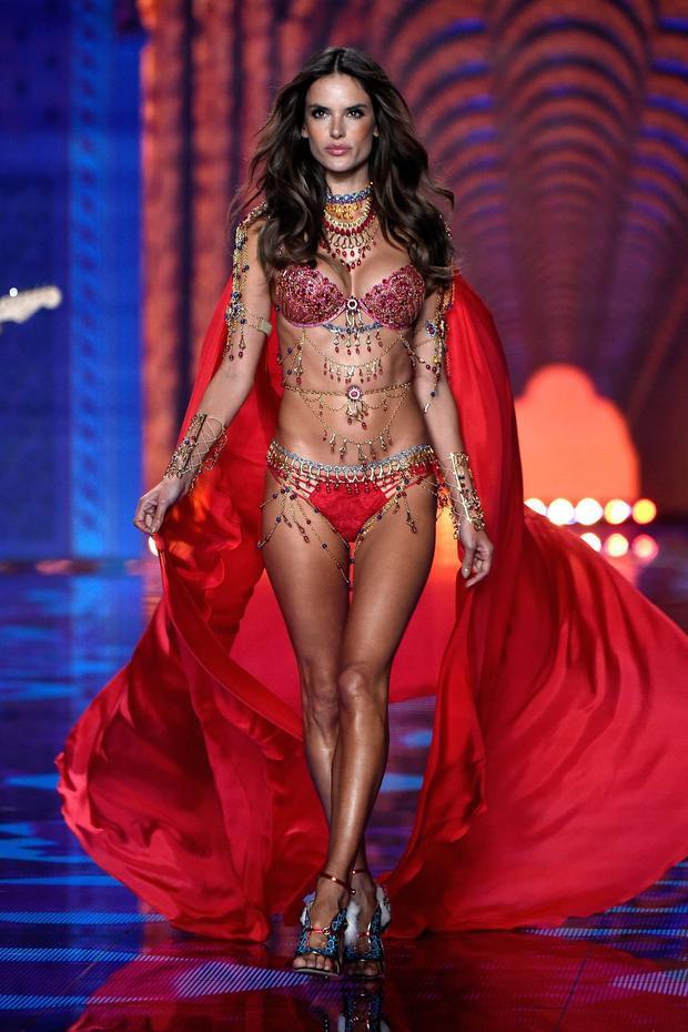 Một lần nữa, Alessandra lại được vinh dự mặc Fantasy Bra vào năm 2014.