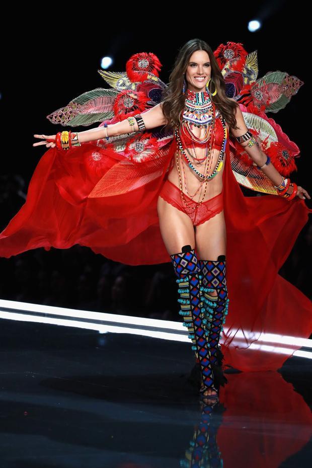 Và đây chính là outfit cuối cùng của Alessandra trên sàn catwalk của nhà Victoria's Secret. Một ngọn lửa đỏ sẽ mãi bừng cháy và không bao giờ tàn. Cô đã nói lời chia tay tại hậu trường khiến cho những khán giả theo dõi cô lâu năm cũng phải nghẹn ngào…