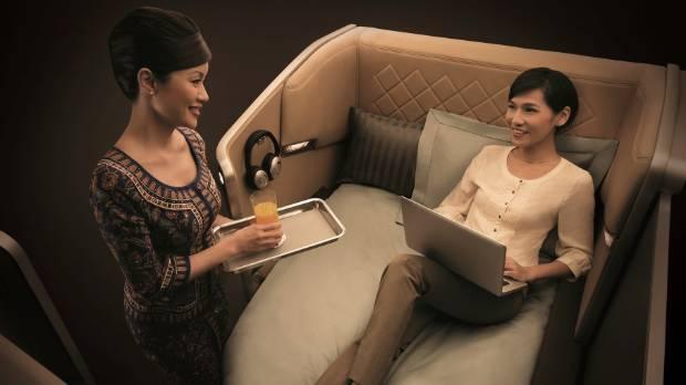 Nhân viên Singapore Airlines phục vụ hành khách trên khoang hạng nhất.