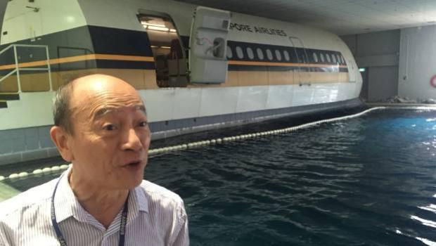 Một chiếc máy bay mô phỏng và hồ bơi sóng được sử dụng tại trung tâm đào tạo của Singapore Airlines.