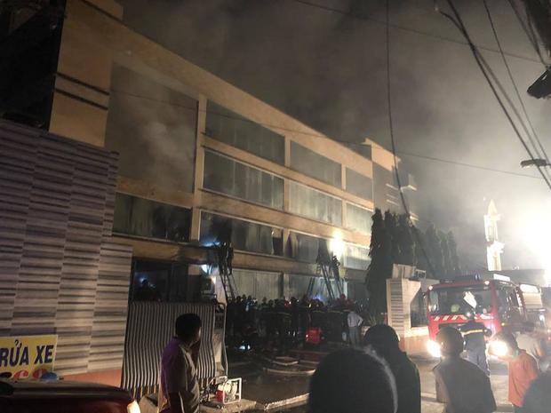 Người dân tiến hành dập lửa nhưng bất thành.