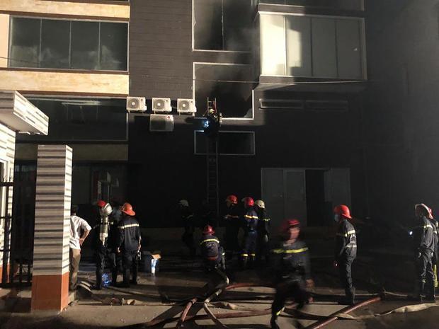 Lực lượng cứu hỏa tích cực chữa cháy.
