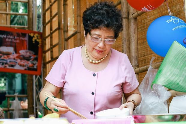 """""""Cô nhớ nhất là chuyện từng 2 lần tiếp đón đoàn Hollywoood, đoàn CNN và đến Nhật Bản tham gia liên hoan Ẩm thực ASEAN hay lần đến Thái Lan, tiếp công chúa… Mấy chục năm qua, làm nhiêu tiệc nên cô cũng không nhớ hết"""", cô Tuyết kể."""