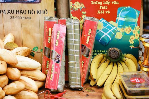 Một số bức ảnh chụp ở gian hàng hội chợ của nhà hàng do cô Tuyết làm chủ.