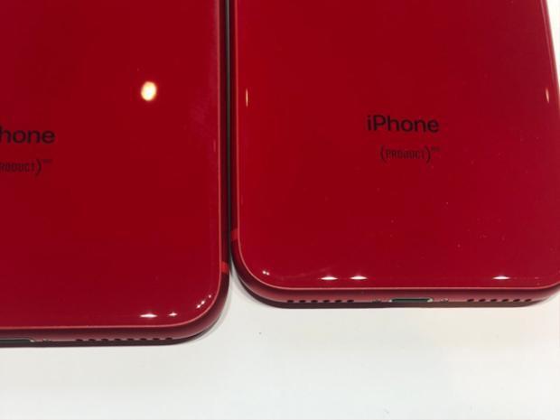 Khác với iPhone 7 và 7 Plus PRODUCT(RED), chất liệu kính trên bộ đôi kế nhiệm khiến chúng bóng bẩy hơn rất nhiều. Tuy nhiên đổi lại người dùng sẽ phải sống chung với những vết bồ hôi, dấu vân tay dễ bị bám dính.
