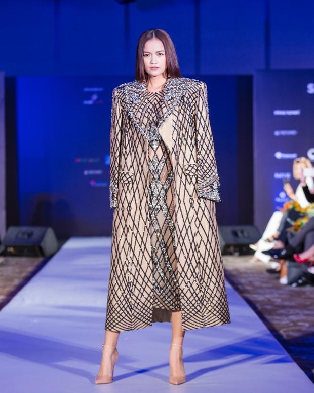 Vừa qua tại họp báo Tuần lễ Thời trang Quốc tế Việt Nam Xuân Hè 2018, người mẫu Ngọc Châu đã trình diễn thiết kế này trước khán giả.