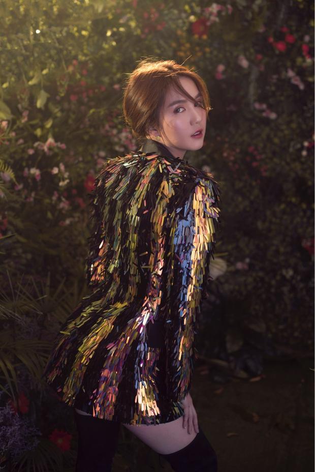Những hình ảnh mới nhất của Ngọc Trinh khiến đọc giả không khỏi bất ngờ bởi sự kín đáo hiếm có từ cô. Toàn bộ trang phục trong bộ ảnh mới là thiết kế của NTK Nguyễn Công Trí, ra mắt hồi tháng 10 năm ngoái.