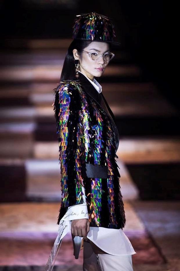"""Đây chính là nguyên set sơmi và áo blazer tua rua trong BST """"Thứ Sáu của chị"""" được sáng tạo bởi NTK Nguyễn Công Trí."""