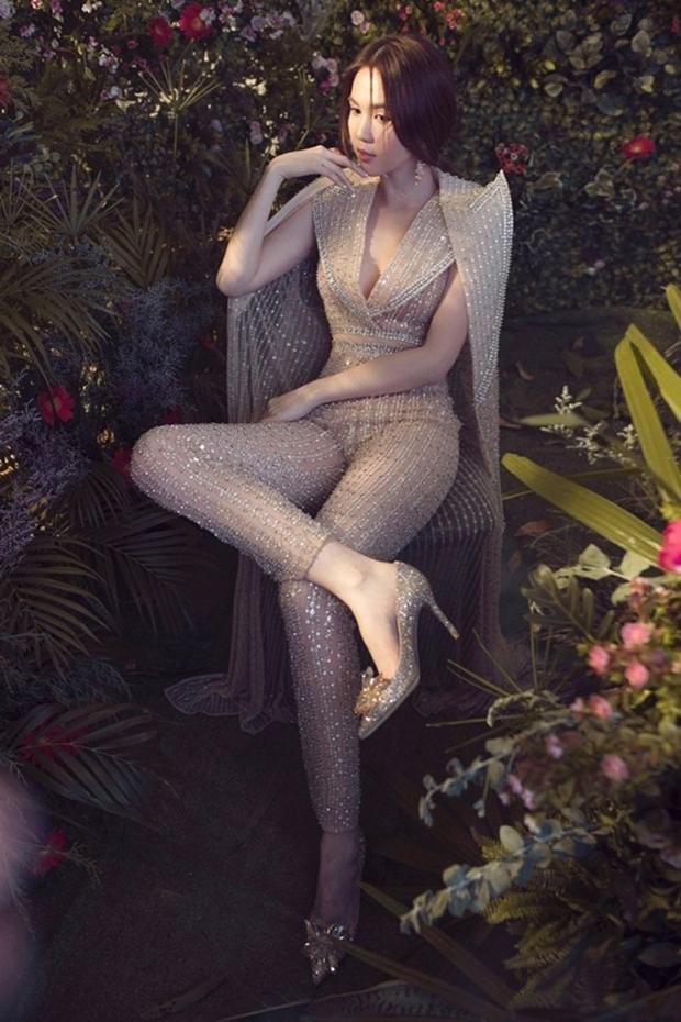 """Bộ bodysuit ánh kim ôm sát có vẻ phù hợp với Ngọc Trinh nhất cũng là một trang phục """"cũ"""" từng được Vũ Ngọc Anh mặc trước đó tại một sự kiện ở nước ngoài."""