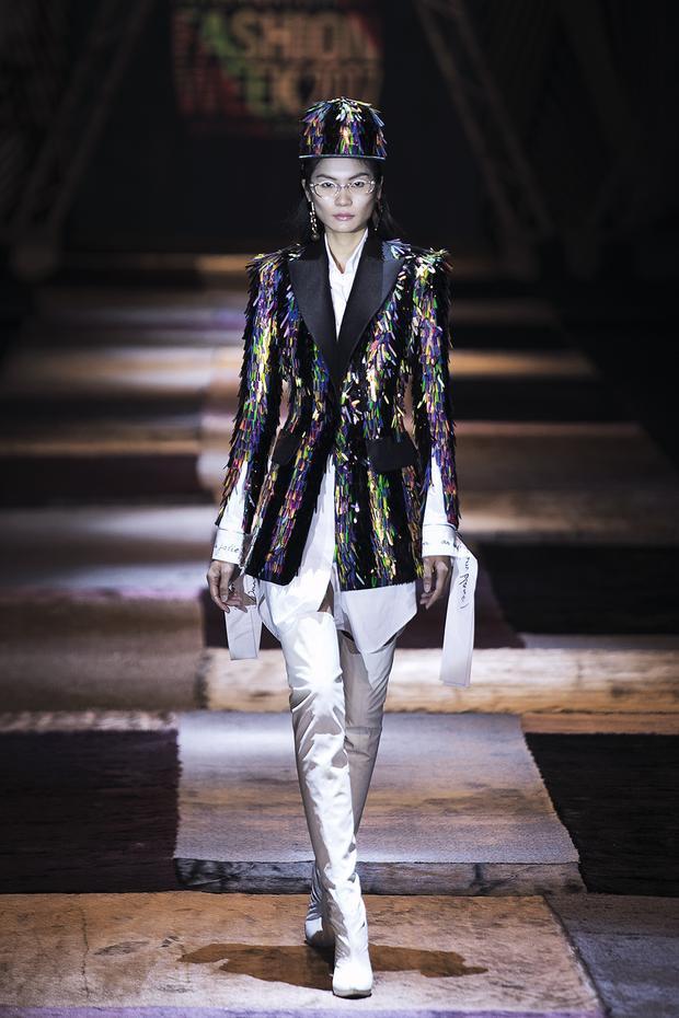Kim Dung là người mẫu trình diễn thiết kế này trên sàn runway của Tuần lễ Thời trang Quốc tế Việt Nam Thu Đông 2017.