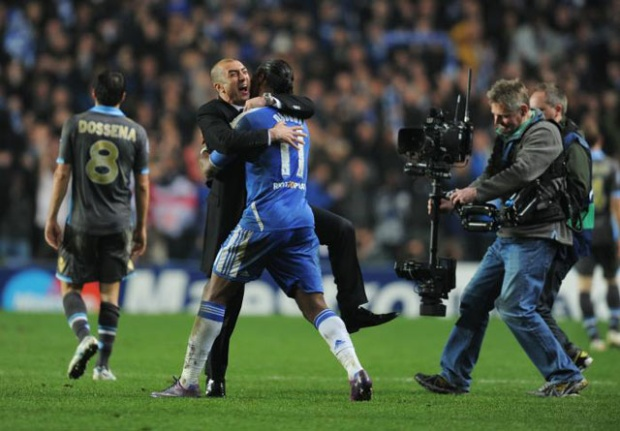 """Chelsea vs Napoli (Vòng 1/8 Champions League 2011/12). Để thua 1-3 trước Napoli ở trận lượt đi, ít ai có thể ngờ rằng Chelsea có thể gây bất ngờ tại trận lượt về. Tuy vậy, thầy trò HLV Roberto Di Matteo đã khiến nhiều người phải thán phục khi giành chiến thắng 4-1 và giành quyền đi tiếp. Didier Drogba (28′), John Terry (47′), Frank Lampard (75′ pen) và Branislav Ivanovic (105′) là tác giả của các bàn thắng cho """"The Blues"""". Người ghi bàn danh dự cho Napoli là Gokhan Inler (55')."""